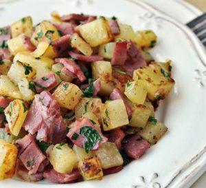 بطاطس مع شرائح اللحم البارد