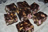 طريقة عمل ألواح الشوكولاتة بالمارشمللو والسودانى Rocky Road Bars