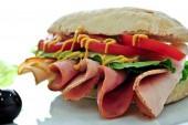 ساندويتش لحم باردة بالمستردة والخبز الايطالي